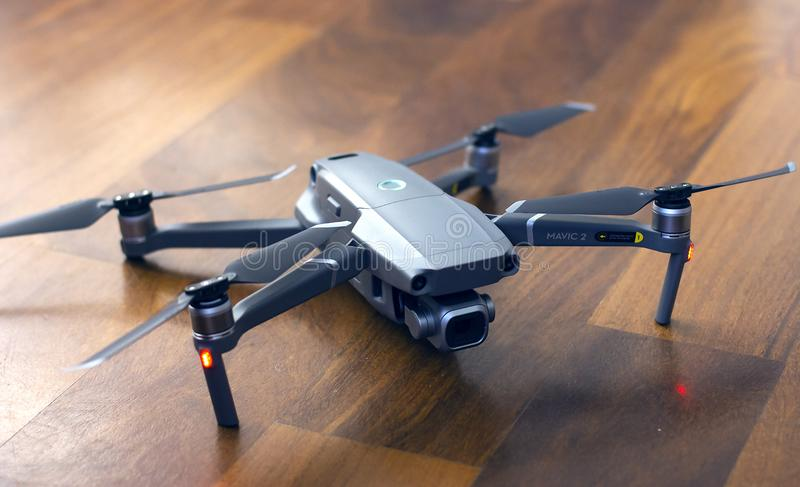 Pro DJI fuco di Mavic 2 nella terra, nel nuovo UAV del prosumer per fotografia e nel video immagini stock libere da diritti