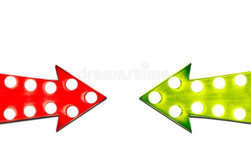 Pro - e - contro rosso e frecce d'annata di destra verde della foglia retro illuminate con le lampadine illustrazione di stock