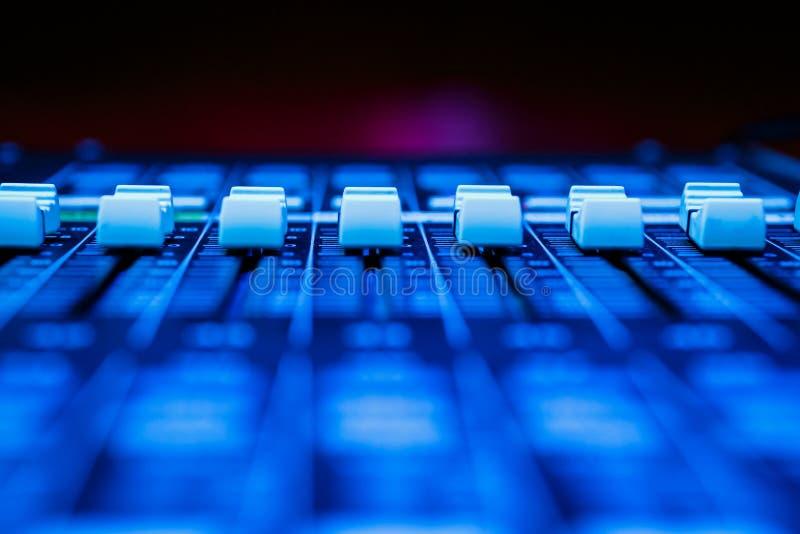 Pro Faders de mistura audio horizontais da mesa fotografia de stock royalty free