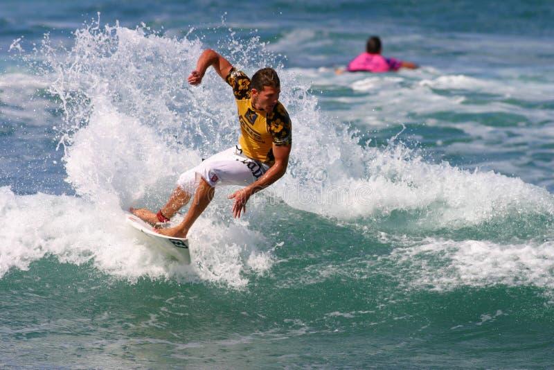 Pro ferri dell'Andy del surfista nella concorrenza praticante il surfing immagini stock