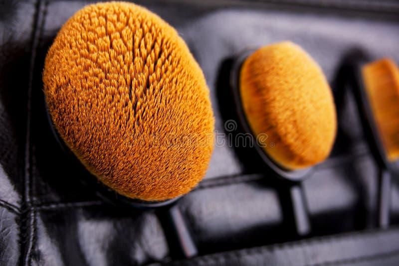 Pro-fessional Make-upbürsten in der Tasche der schwarzen Hose stockfotos
