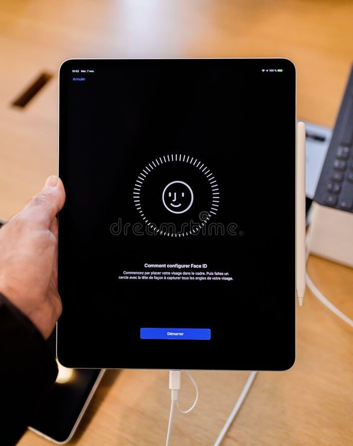 Pro identificazione del fronte della regolazione della compressa del nuovo iPad dei calcolatori Apple immagine stock libera da diritti