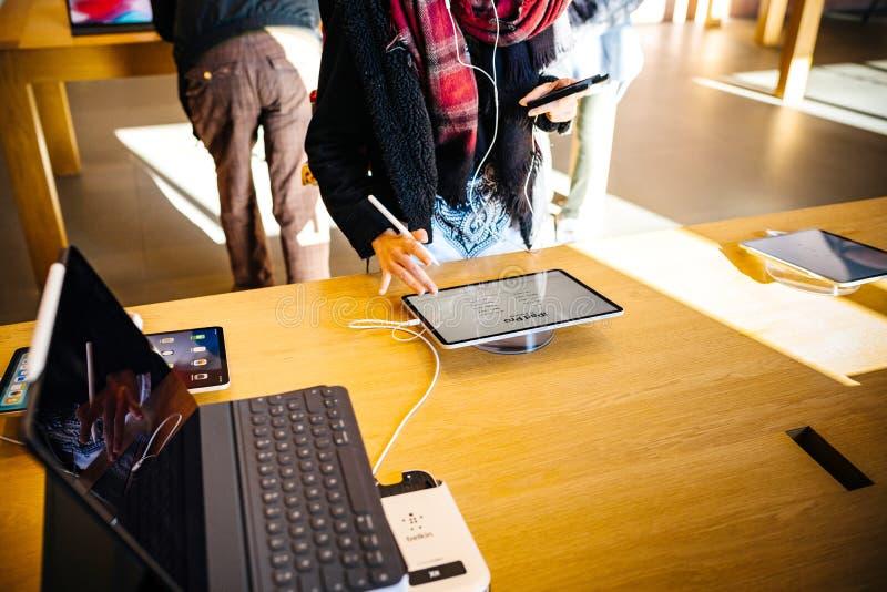 Pro mano della giovane donna della compressa del nuovo iPad dei calcolatori Apple immagini stock