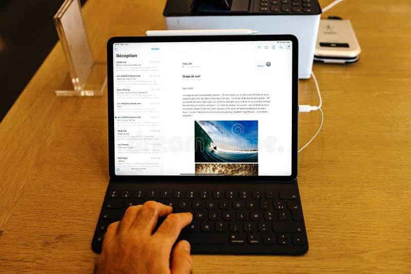 Pro-minnestavla för ny Apple-datoriPad som skriver emailen royaltyfri bild