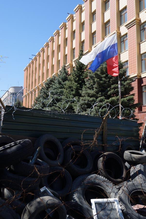 Pro-russische Separatistflagge über den Barrikaden. Lugansk, Ukraine lizenzfreies stockbild