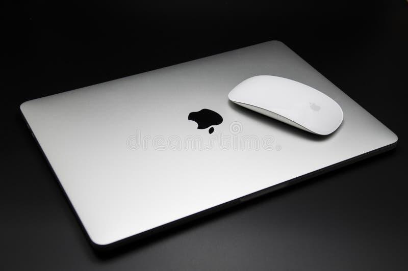 Pro-Stange und Maus mit 2016 Noten Macbook lizenzfreie stockbilder