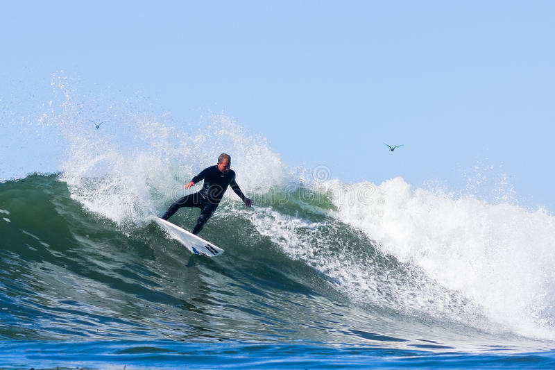 Pro-surfare Adam Replogle Riding en våg i Kalifornien royaltyfri foto