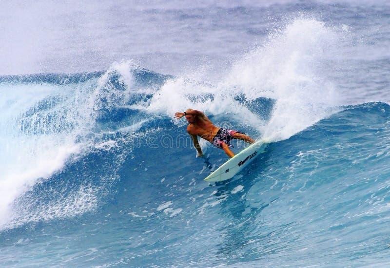 Pro surfer Flynn Novak surfant en Hawaï image libre de droits