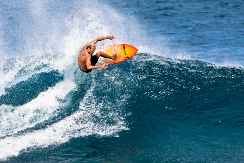 Pro surfer Flynn Novak surfant en Hawaï photos stock