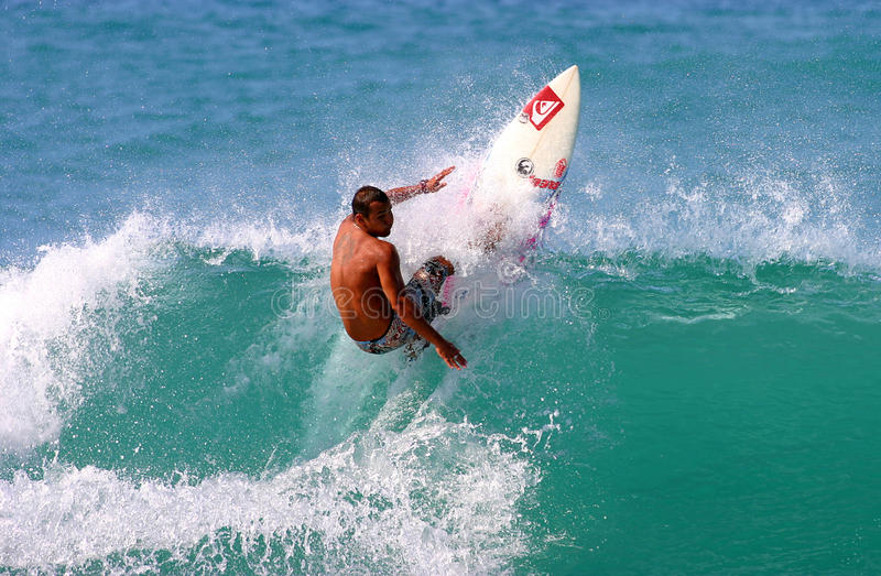Pro Surfer Fred Patacchia Surfing in Hawaï royalty-vrije stock foto