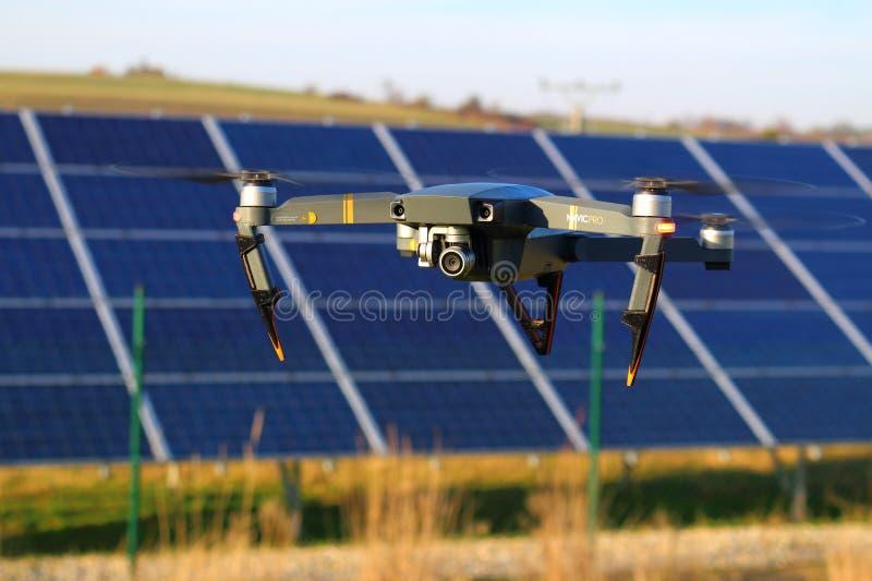 Pro-surr för DJI Mavic ovanför solpaneler royaltyfri foto