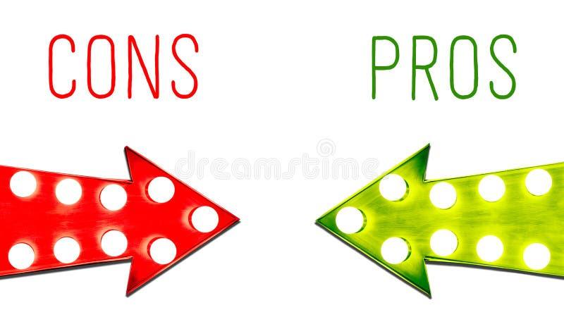 Pro - und - Betrug rot und Retro- Pfeile der grünen Blattrechtweinlese belichtet mit Glühlampen Konzeptbild fördert Nachteile stock abbildung