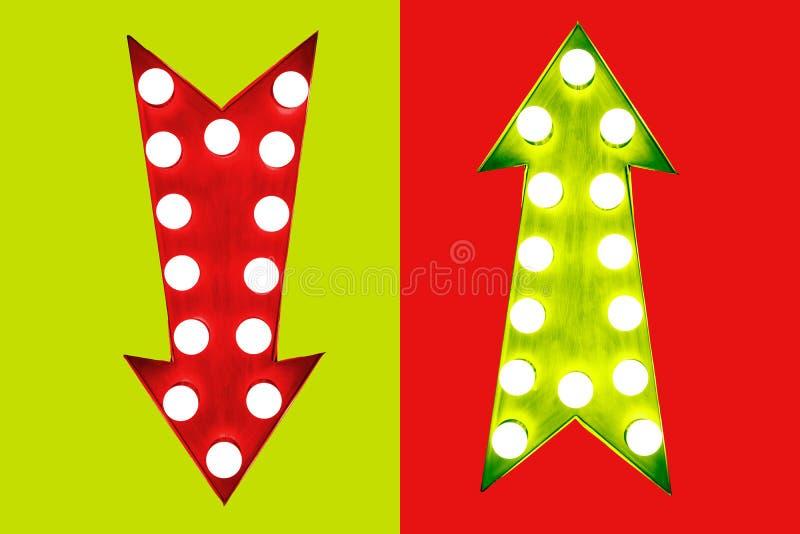 Pro - und - Betrugrot unten und Grün herauf die Retro- Pfeile der Weinlese belichtet mit Glühlampen auf grünem rotem Hintergrund stock abbildung