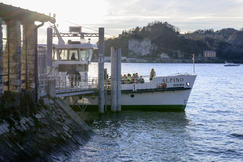 Proa da embarcação de passageiro no embarcadouro, Angera, Itália fotos de stock