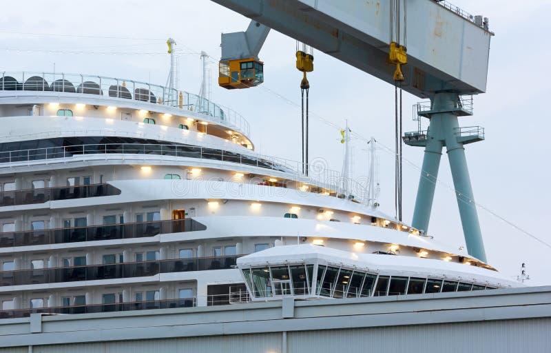 Proa de un barco de cruceros del carnaval en los astilleros de Monfalcone fotografía de archivo