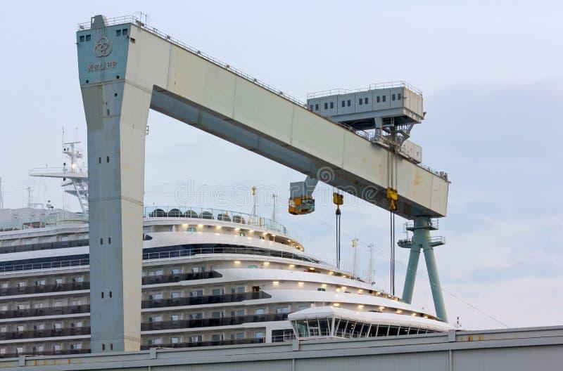 Proa de un barco de cruceros del carnaval en los astilleros de Monfalcone fotos de archivo