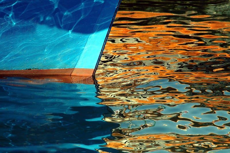 Proa del barco en reflexiones de oro foto de archivo libre de regalías