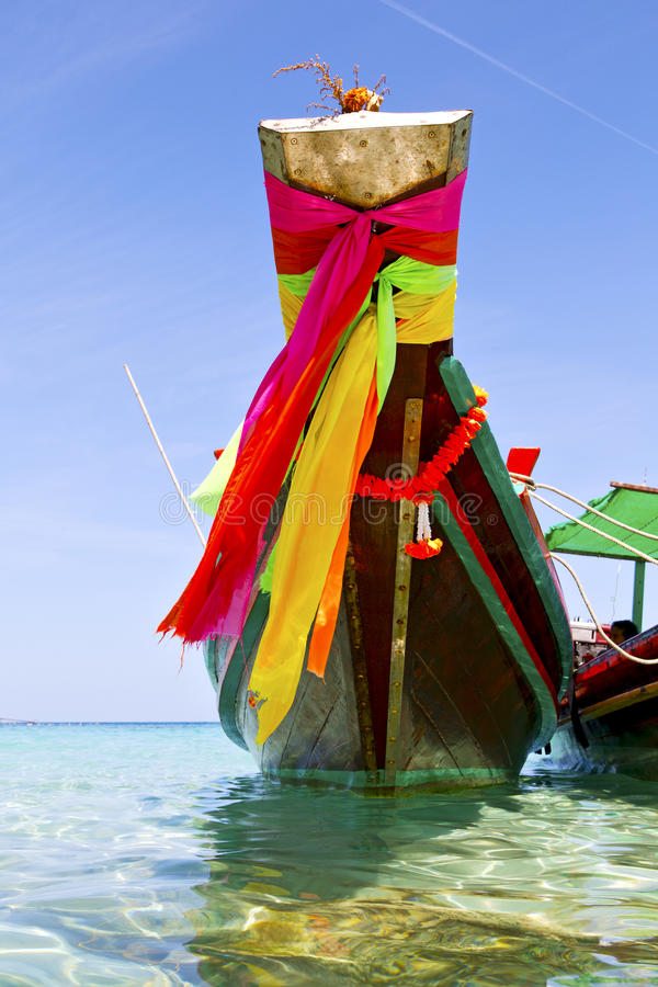 Proa na agua potável azul da ilha da baía de tao do kho e no queixo sul imagens de stock royalty free