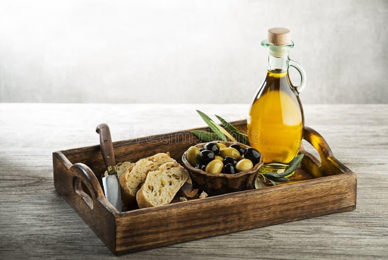Probar el aceite de oliva con pan fotos de archivo libres de regalías