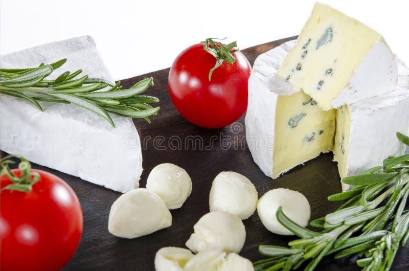 Probar el plato del queso con los tomates en viejo dask negro Comida para el vino y romántico, charcutería del queso Diseño del m fotos de archivo