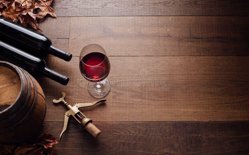 Probar el vino rojo excelente foto de archivo