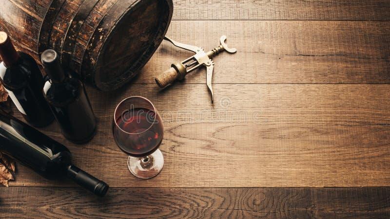 Probar el vino rojo excelente fotografía de archivo