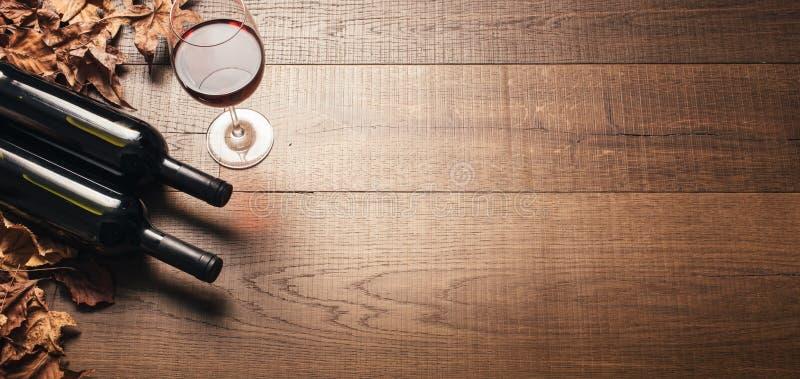 Probar el vino rojo excelente fotos de archivo