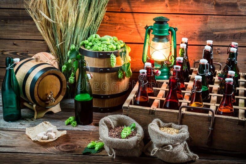 Probar la cerveza hogar-elaborada cerveza en el sótano imagen de archivo