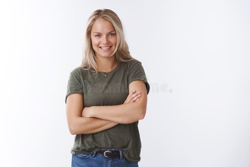 Probeer beetje mijn verslag Het portret van zelf-verzekerd brutaal jong blond Kaukasisch wijfje in het kruis van de olijft-shirt  royalty-vrije stock foto's
