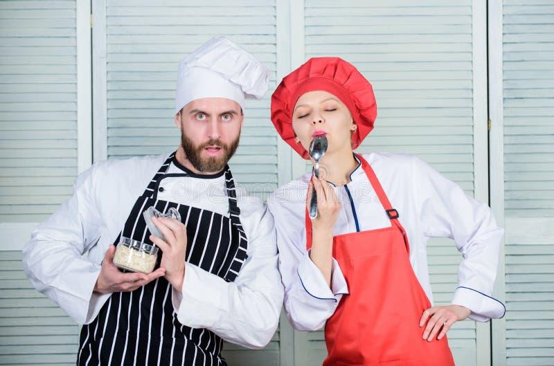 Probeer enkel dit Heerlijke Maaltijd Vrouw en gebaarde man die samen koken Probeer ingredi?nten v??r kok Ramingssmaak royalty-vrije stock afbeeldingen