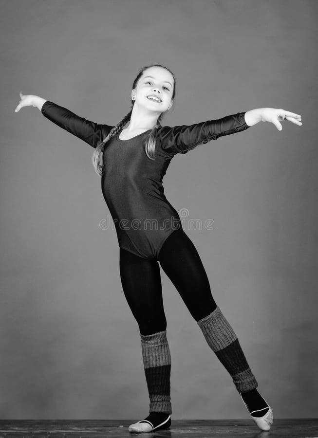 Probeer hard De ritmische gymnastieksport combineert de dans van het elementenballet Meisje weinig maillot van turnersporten fysi stock afbeelding