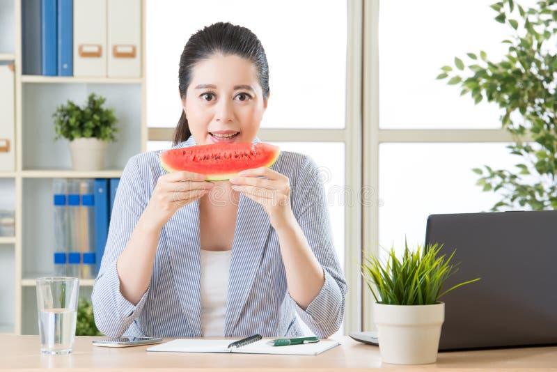 Probeer het u zal weten wat voor de zomerfruit best is stock afbeelding