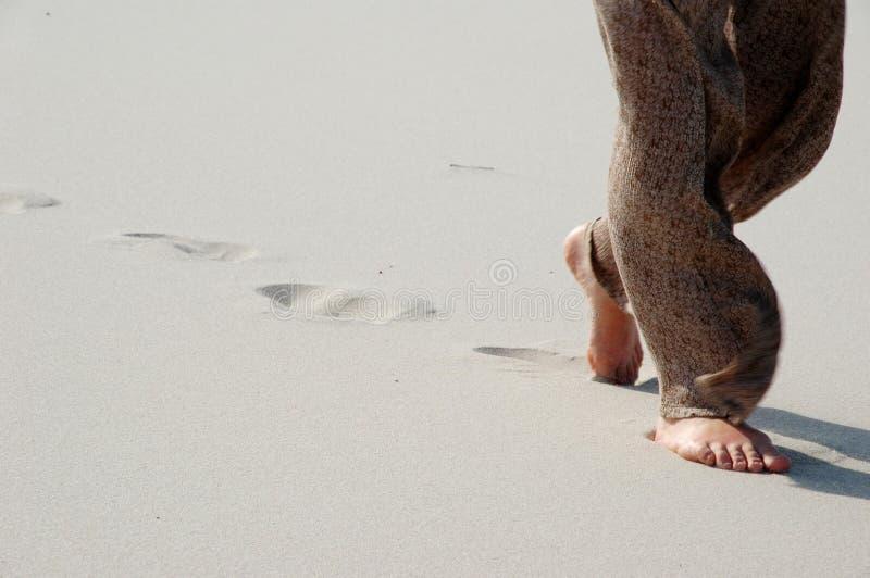 Probeer lopend in het zand royalty-vrije stock afbeelding