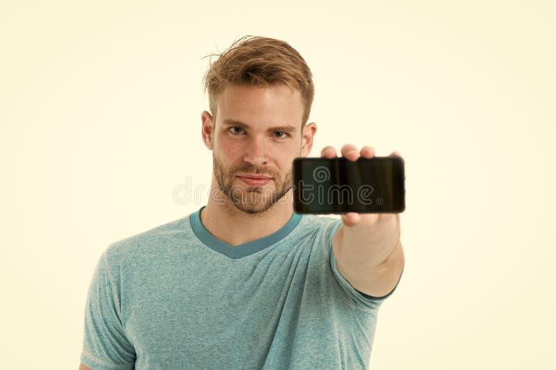Probeer mobiele versie De mens neemt voordelen online mededeling Gebruiker van kerel de gebaarde smartphone De kerel toont u smar stock afbeeldingen