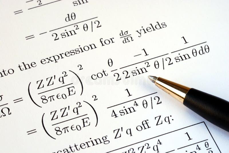 Probeer om sommige wiskundevragen op te lossen stock foto