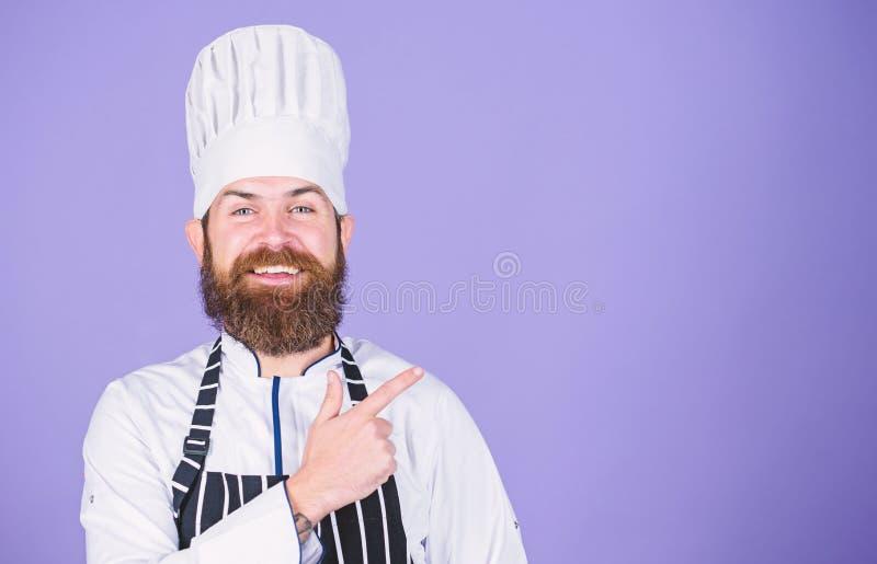 Probeer speciaal iets Zekere gebaarde gelukkige chef-kok witte eenvormig Mijn geheim tipt culinair Gemakkelijk en prettig koken stock foto