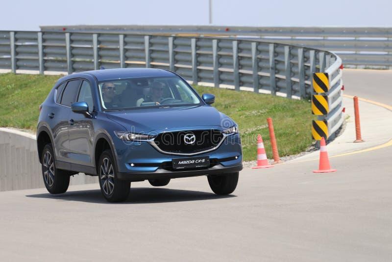 Probefahrt der zweiter Generation restyled Übergang SUV Mazdas CX-5 stockbilder