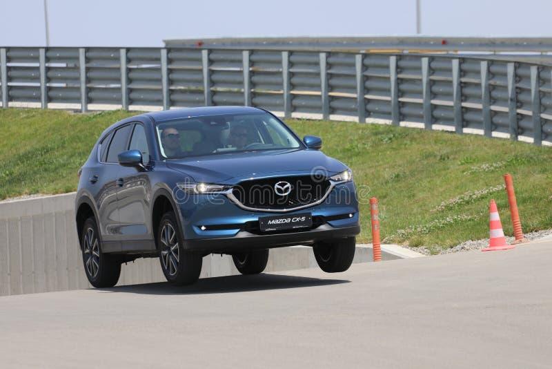 Probefahrt der zweiter Generation restyled Übergang SUV Mazdas CX-5 lizenzfreies stockbild