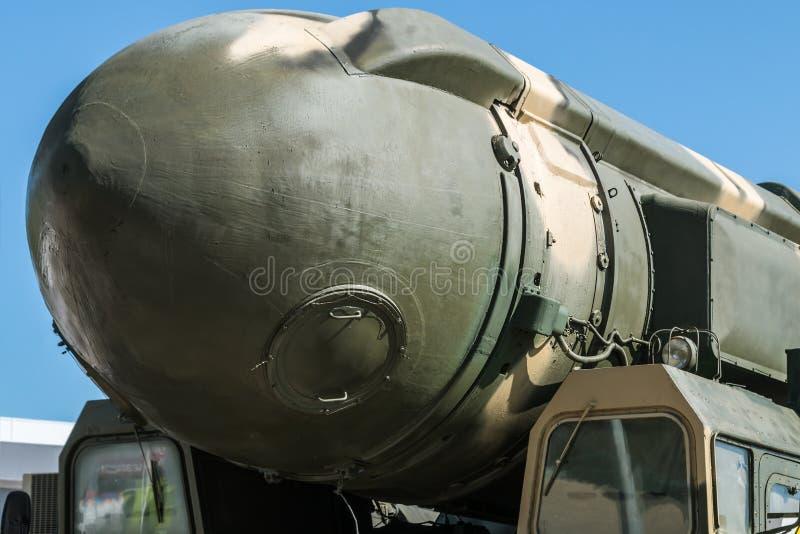 Proben von modernen Waffen der russischen Armee stockbilder