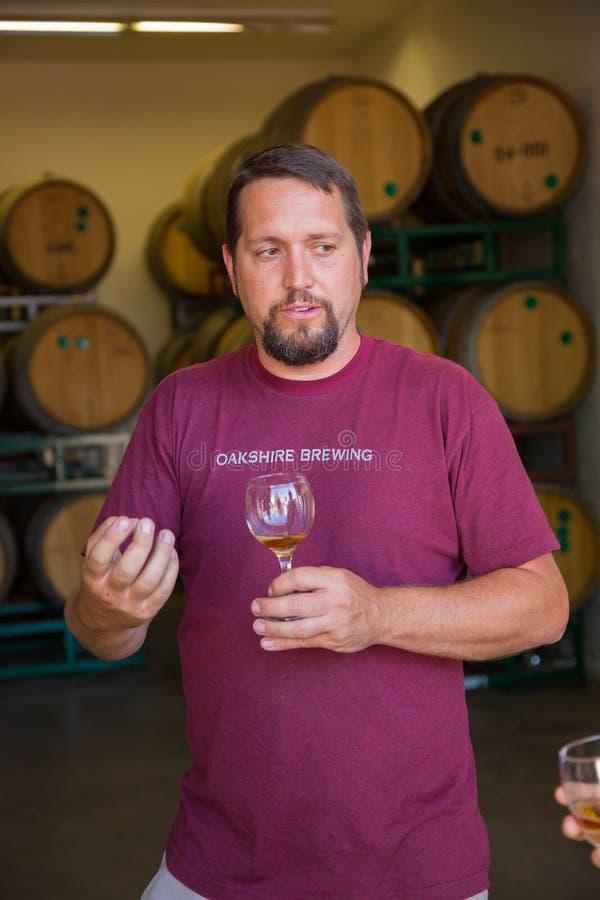 Probenahme und gealterte Biere Probieren-Bourbons Fass lizenzfreie stockfotografie