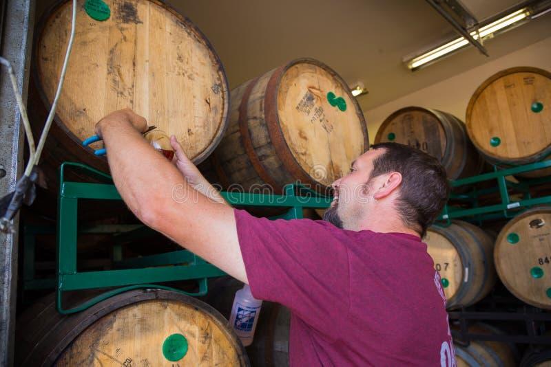 Probenahme und gealterte Biere Probieren-Bourbons Fass stockbilder