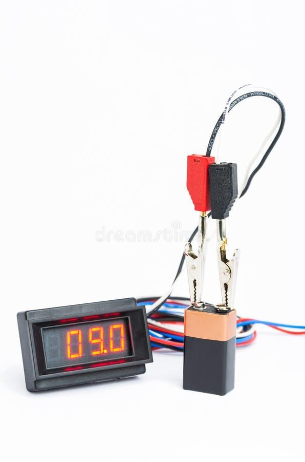 Probiercza bateria z cyfrowym voltmeter zdjęcie stock