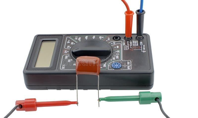 Probierczy capacitor z multimeter na bielu obraz royalty free