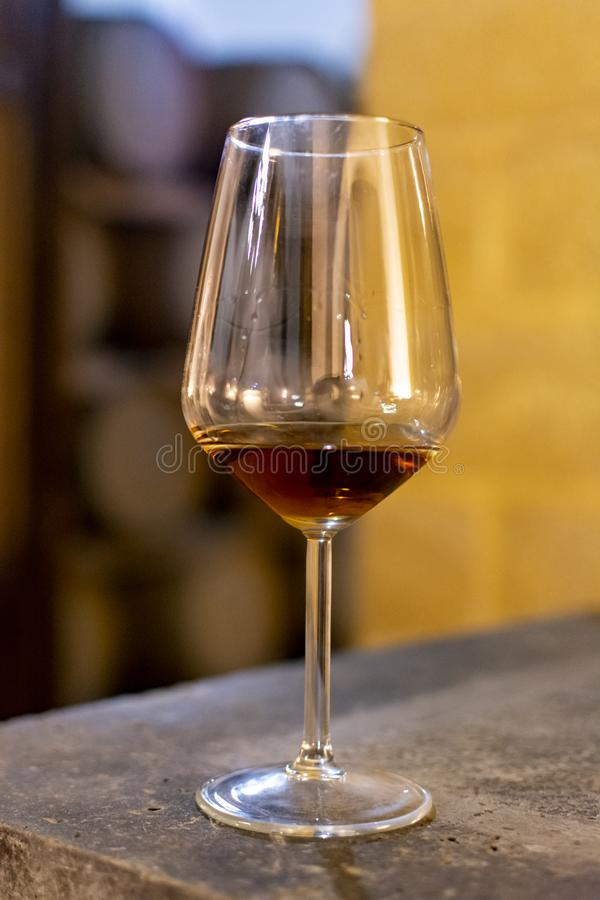 Probieren verstärkten trockenen oder süßen marsala Weins im WeinleseWeinkeller mit alten Eichenfässern in der Marsala, Sizilien,  lizenzfreie stockbilder