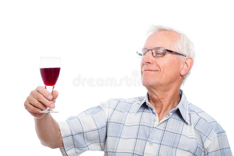 Probierenwein des älteren Mannes stockfoto