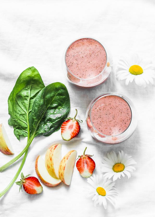 Probiotic γιαούρτι καρύδων, σπανάκι, μήλο, καταφερτζής φραουλών detox σε ένα ελαφρύ υπόβαθρο, τοπ άποψη Υγιής έννοια τροφίμων δια στοκ φωτογραφίες με δικαίωμα ελεύθερης χρήσης
