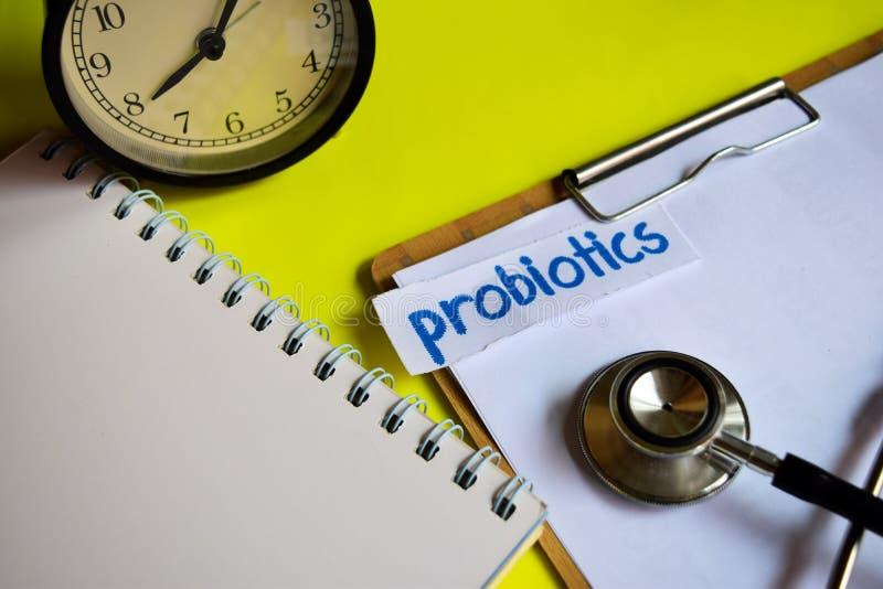 Probiotics en la inspiración del concepto de la atención sanitaria en fondo amarillo fotografía de archivo