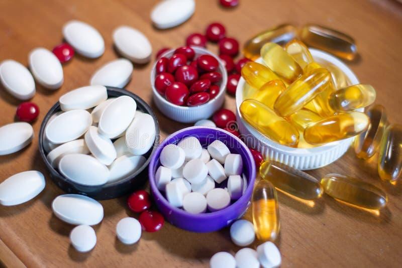 Probiotics y vitaminas que pueden ayudar a la defección del corazón y de la sangre y dar mejor fotografía de archivo libre de regalías