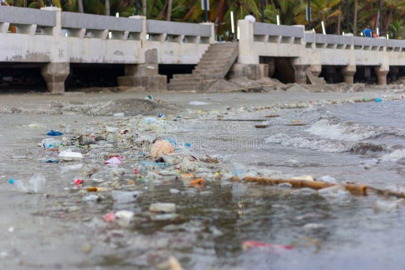 Problème écologique de pollution en plastique dans l'océan images libres de droits