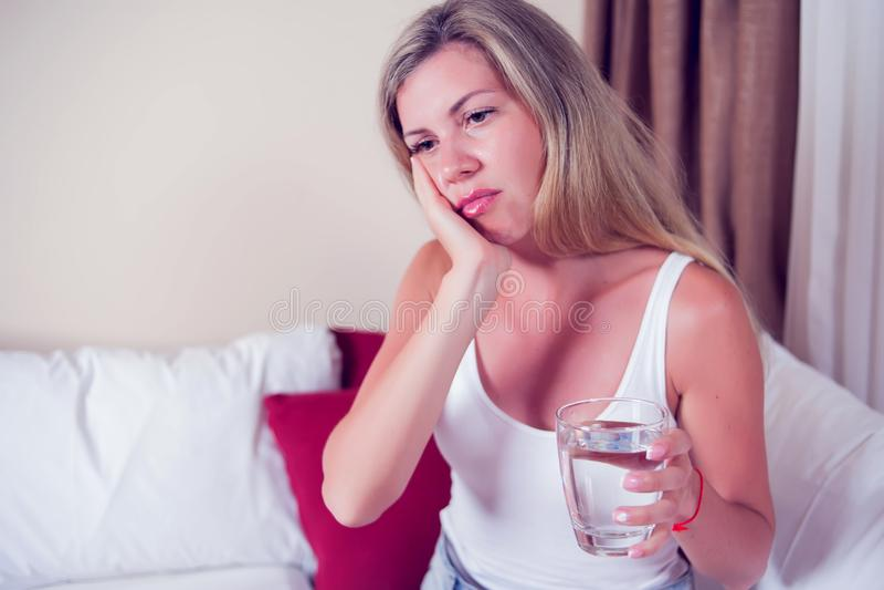 Problème de dents Douleur de dent de sentiment de femme Feeli femelle attrayant images libres de droits